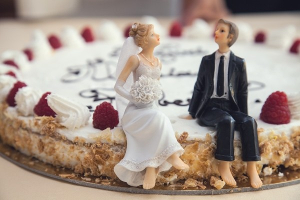 wedding-cake-with-raspberries-and-figurines
