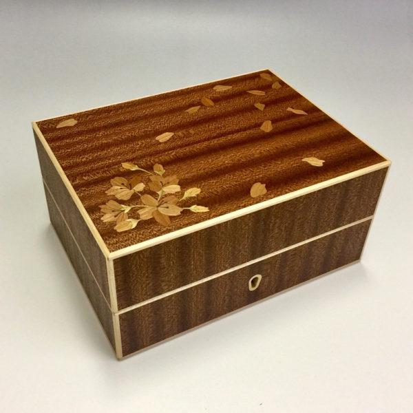 母から娘へ、結婚式に贈る「家族の想いが詰まった木象嵌の小箱」物語。